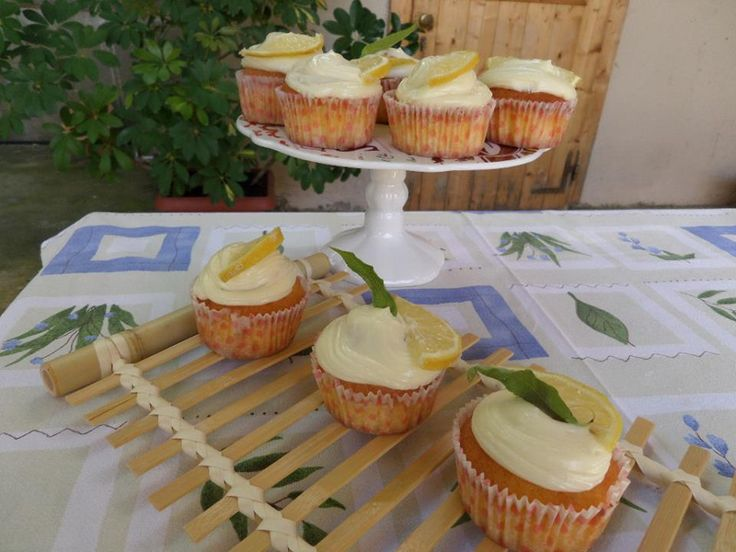 nei pomeriggi con le amiche, o negli aperitivi con gli amici, le nostre cupcakes al limone sono sempre i più graditi tra i dolcetti! Scopri la ricetta!