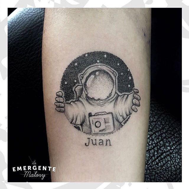 Feliz noche marineros nuestra querida @malorymorenoart termina este martes con un hermoso diseño de astronauta en #puntillismo #lanuevaemergente #laemergentecol #astronauta #dotwork #tattoo #tatuaje #ink #bogota #colombia