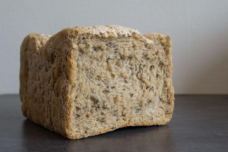 Ingrédients : 300 ml d'eau tiède  5.5 g de levure de Boulanger Maizena 500 g de Farine aux céréales spéciale pain 10 g de Sel  Ajouter dans l'ordre les éléments dans la machine à pain en fonction pain normal, 750g, couleur moyenne.  Attendez 3h20 et c'est prêt. Dégustez tiède avec du fromage. Mmmh!
