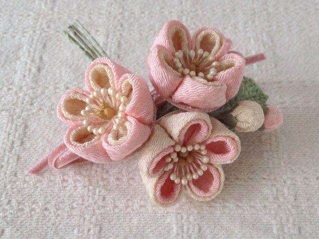 〈つまみ細工〉梅三輪とベルベットリボンの髪飾り(桃色) - PAPER MOON