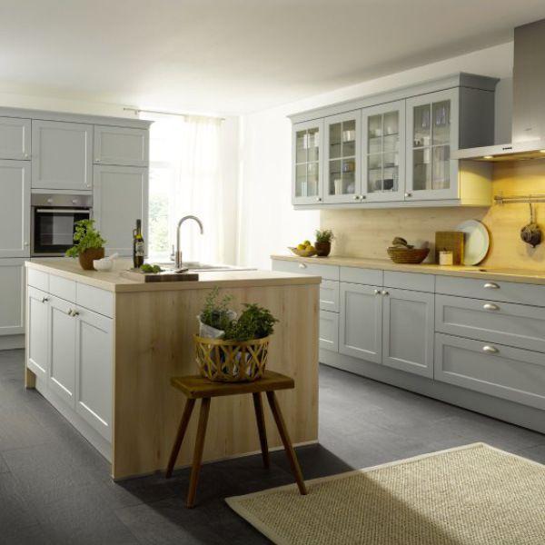 Country Kuche Mit Kochinsel Modernes Landhaus Feeling Backofen In Griffhohe In 2020 Haus Kuchen Landhauskuche Schuller Kuchen