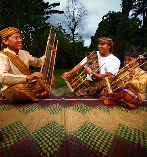 Angklung players - Indonesia. CLICK to enlarge