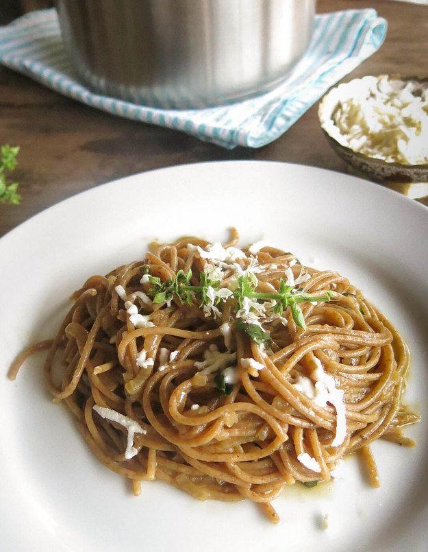 Macarrão com molho de cebolas caramelizadas. | 10 receitas de uma panela só para apaixonados por macarrão