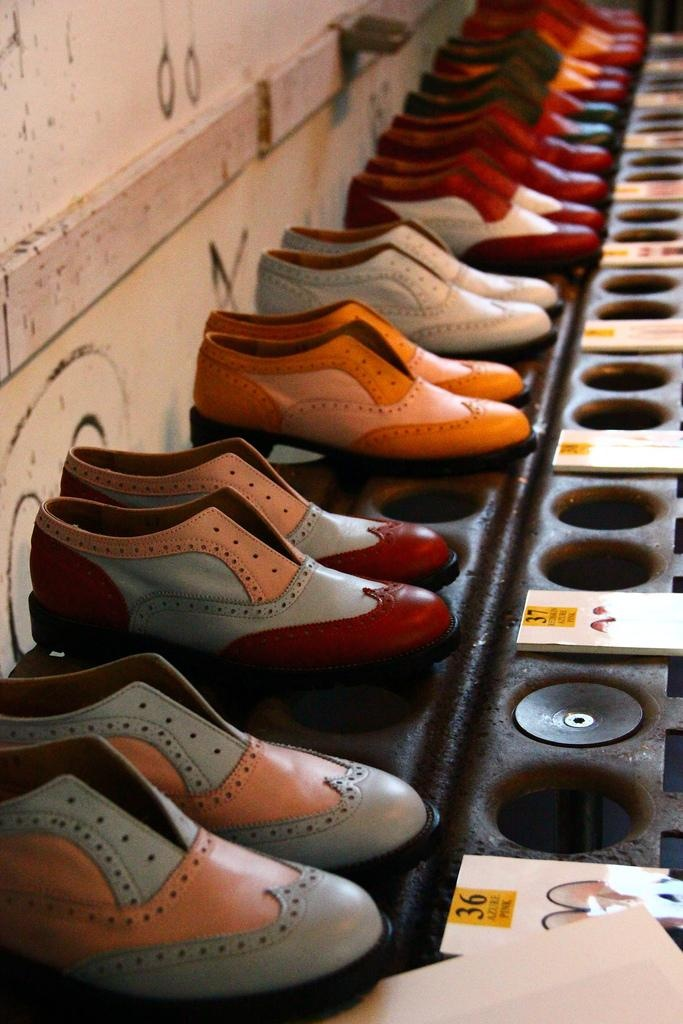 Artisanal made in Italy stringless unisex brogues.