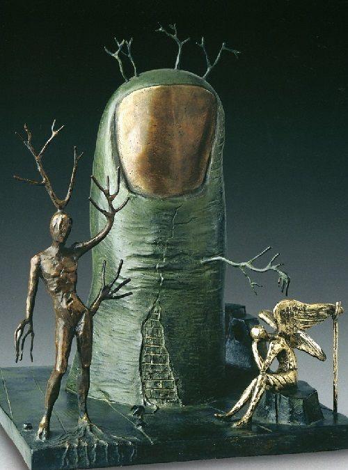 Escultura de bronce  Dalí .Desde 1969 hasta 1972, Dalí ha creado una galería de imágenes surrealistas  en cera que fueron creadas en la casa de  en Port Ligar. De acuerdo con  Robert Descharnes, en el artista solía llevar la cera a la piscina, y durante varias horas dedicadas a la modelización, y después   al estudio para la pintura. En 1973, hizo un pacto con el coleccionista  Isidro Clot quien  adquirió esculturas de cera y diseñado  cuatro series de piezas fundidas en bronce.