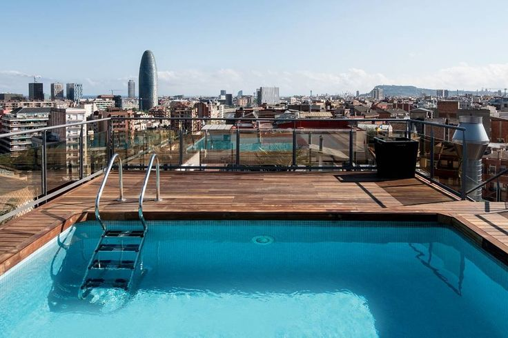 Estás buscando hoteles con piscina para tus vacaciones? Las vistas desde el Catalonia Atenas en #Barcelona te van a dejar sin palabras!  #pool #piscina #swimmingpool #sun #sol #moments #relax #enjoy #cataloniahotels #CataloniaHotels #vacations #luxury #lifestyle #amazing #beautiful #adventure #traveler #tourism #tourist #travelingram #travelgram #instatravel #instapic #blue  #vacation #travel