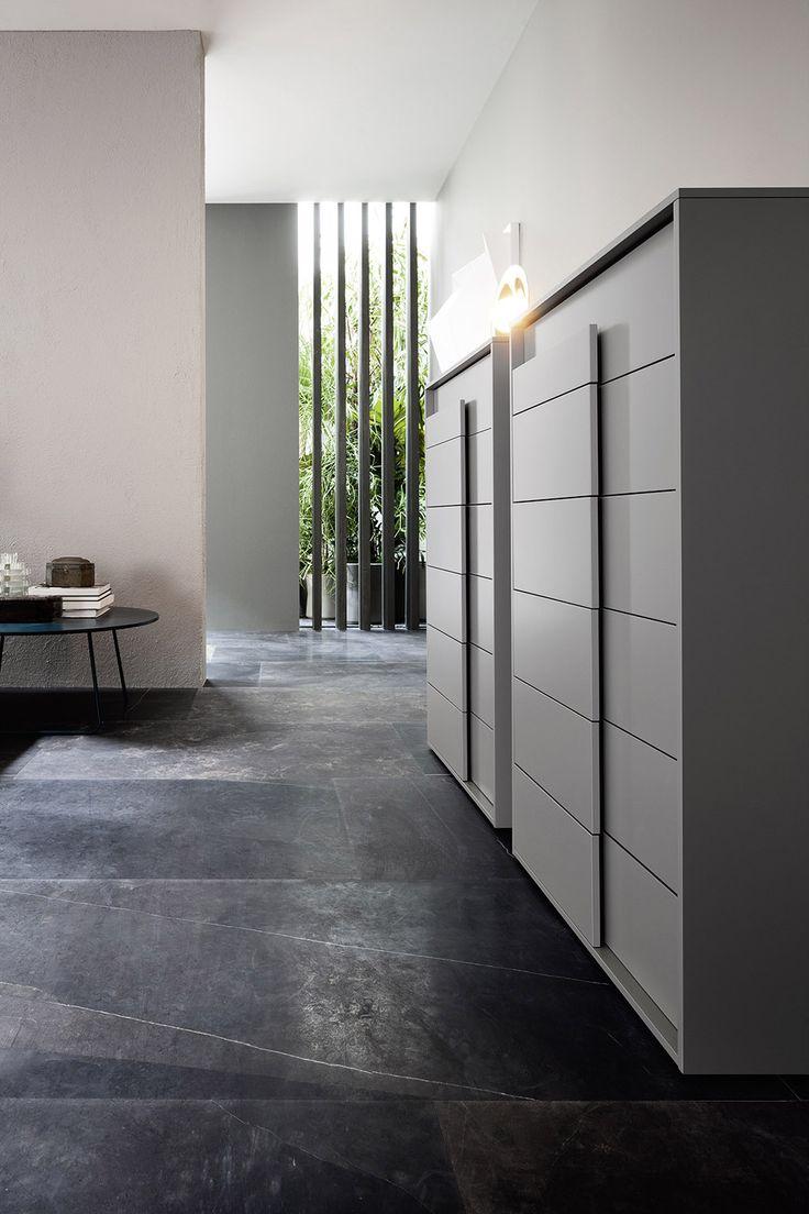 Ungewöhnlich und einzigartig ist der Griff der Overlap Serie von Novamobili. #drawer  #Kommode #Hochkommode #modern #furniture #interiordesign #Schlafzimmer #bedromm #stauraum