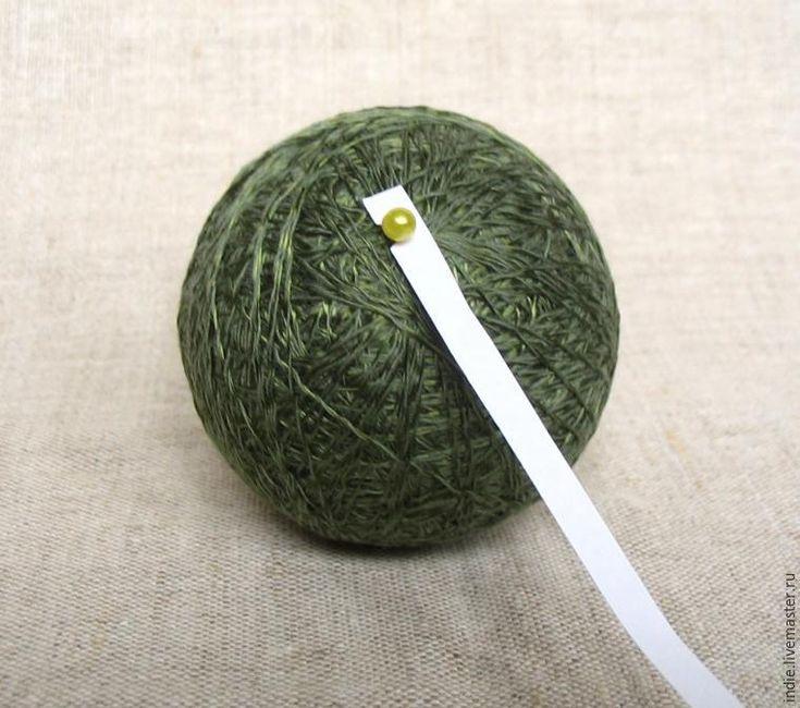 Предлагаю вашему вниманию мастер-класс по изготовлению необычных ёлочных украшений — нарядных шариков-темари. Материалы: - нитки мулине или тонкая хлопковая пряжа ('Ирис', 'Роза' и т. п.); - металлизированные нити; - нитки для основы; - узкие лоскуты ткани; - булавки; - длинная игла с большим ушком; - контейнер из-под 'киндер-сюрприза' или бахил; - чуть-чуть бисера, риса или другого наполнителя для 'погремушки'.