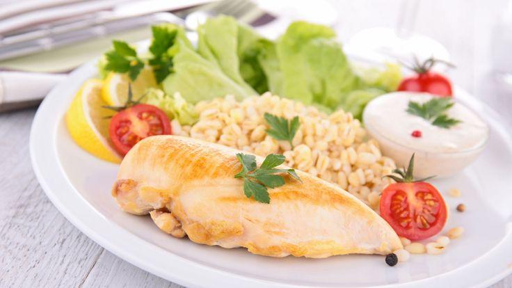 SAFTIG KYLLING: Å ovnssteke kyllingbryst gir mindre os på kjøkkenet, og krever lite kokkelering. Foto: M.studio - Fotolia