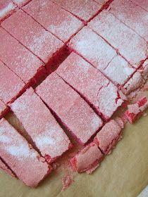 Ces biscuits sont très utiles dans la préparation de nombreux desserts : charlottes , trifles  ... Pour obtenir une jolie couleur, mieux va...