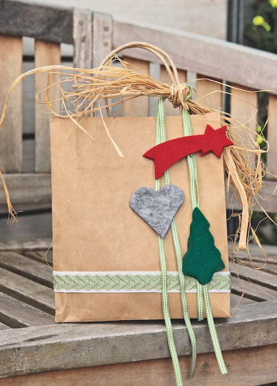 Les figurines en feutrine peuvent rapidement  être cousues sur des rubans décoratifs et finir d'habiller vos paquets cadeaux. espritdici.com #feutrine #deco #noel #diy #couleur #laine #feutre #christmas