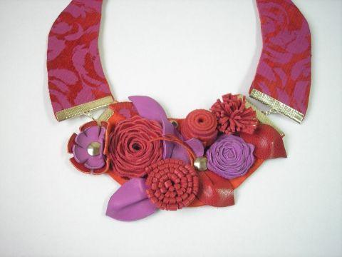 Piros és pink virágos bőr gallér nyaklánc , Ékszer, óra, Nyaklánc, Valódi bőről, aprólékos munkával készítettem ezt a feltűnő gallér láncot.  Kb. a szegycs..., Meska
