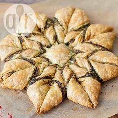Blätterteig-Blume mit Pesto mit Video und Schritt für Schritt Bildern, so dass man dieses leckere Blätterteig Gebäck ganz einfach selber nachmachen kann @ de.allrecipes.com