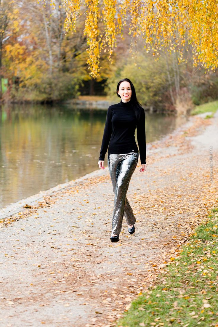 Black turtleneck top for a fall fashion lookbook and outfit. Autumn with shiny sequins pants - Pailletten Hose mit schwarzem Top im Herbst als Herbstlook. #ootd #outfit #fallfashion #sequins #pailletten