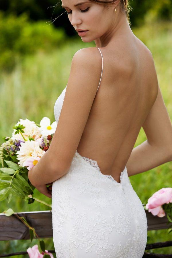 Foto 2 de 37 Detalle de la espalda completamente descubierta de este vestido de novia para bodas rústicas | HISPABODAS