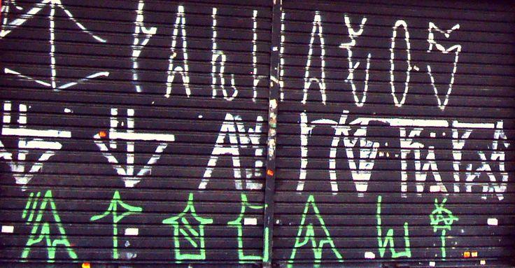 A crew PALHAÇOS se mostra. Outros preferem o grafismo anônimo.