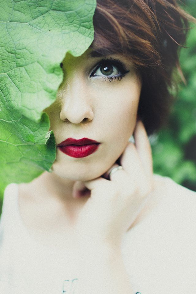Janelle Putrich photography . Makeup . Green eyes . Nature . Self portrait .