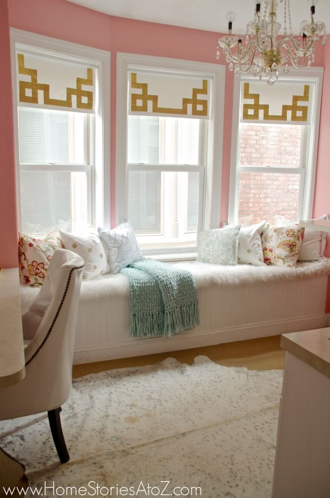 How to make easy and inexpensive greek key design roller shades using duct tape. Click for tutorial.