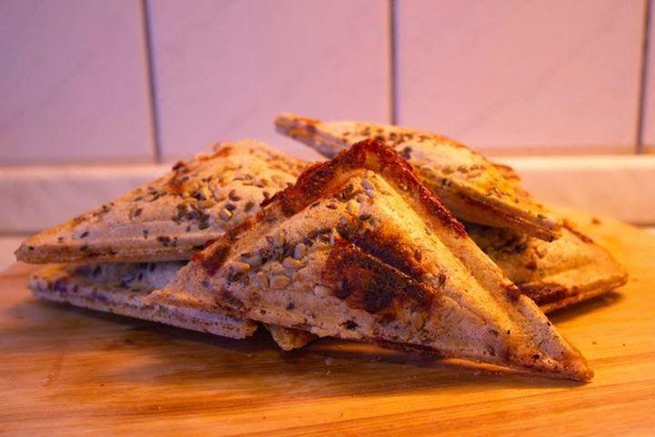 Zablisztes francia pirítós   Tészta: 200 g zabliszt (vagy otthon darált zabpehely) (zabpehelyliszt ITT!) 5 g só (Himalaya só ITT!) ízlés szerint magok bele (köménymag, szezámmag, napraforgó, lenmag- Naturbit sokmagvas szórókeverék ITT!) kb. 280 g víz 1 ek. zsiradék a kenéshez (kacsazsír, kókuszolaj- kókuszolaj ITT!)  Töltelék: sonka vagy kolbász kukorica sajt