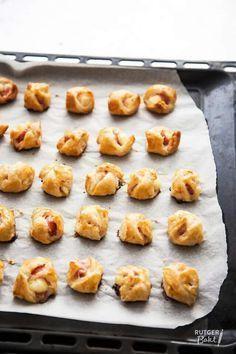 Rutger bakt, bladerdeeg, brie met plakje ontbijtspek en dan even in de oven