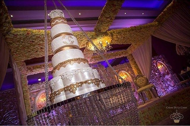This crystal suspended cake by @cremedelacakes is too EPIC! A perfect wow factor to any luxury wedding! Venue @meridian_grand | Decor @zarasdecor #cremedelacakes #zaradecor #meridiangrand #instacake #weddingcakes #luxuryweddingcakes #sugar #gold #luxurycakes #designercakes #designerweddingcakes #suspendedcakes #crystalcakes #uniquecakes  #bridalgoals #dreamwedding #amazing #nomnom #yum #cakestagram #hangingcake  #weddinginspiration #weddingdecor #realbrides #weddingdress #gettingmarried…