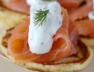 Redécouvrez les fameux blinis avec une petite touche bretonne : la farine de sarrasin/blé noir : http://www.aperibreizh.fr/buffet-chaud/blinis-sarrasin.html