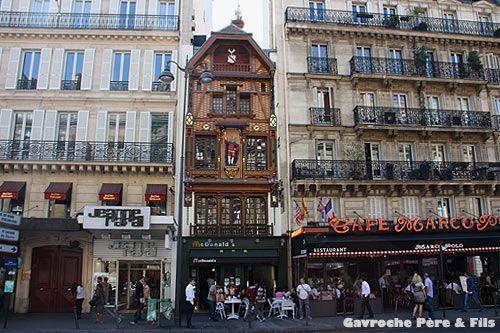 Coincé entre deux immeubles haussmanniens, le McDonald du 119 de la rue Saint-Lazare se distingue des autres succursales de la célèbre chaîne de fast food américaine par sa façade alsacienne à colombage, classée aux monuments historiques depuis 1997.