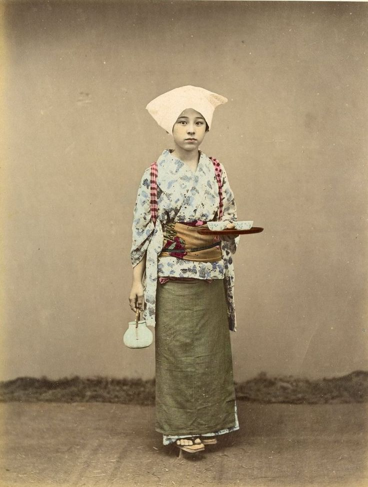 Delivering tea by Kusakabe Kimbei