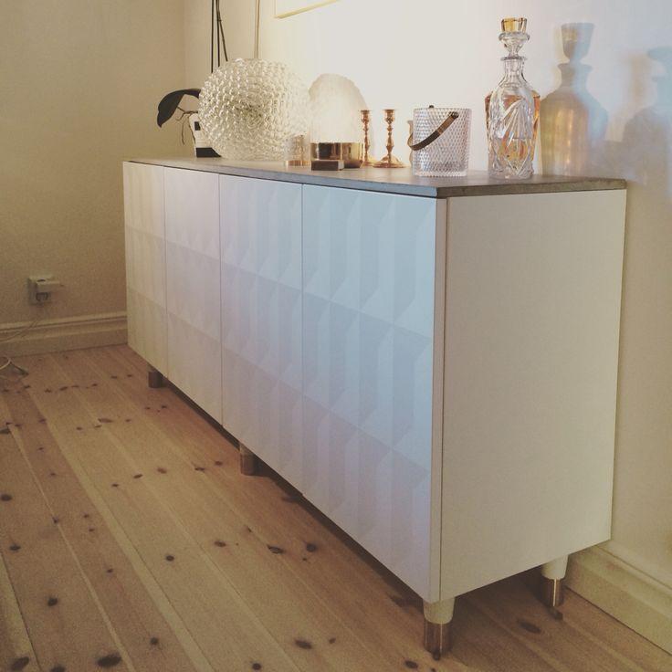 Sideboard gjord av väggskåp METOD från IKEA, gjuten betongskiva och ben från Pretty Pegs. #prettypegs #ikeahack #IKEA #DIY