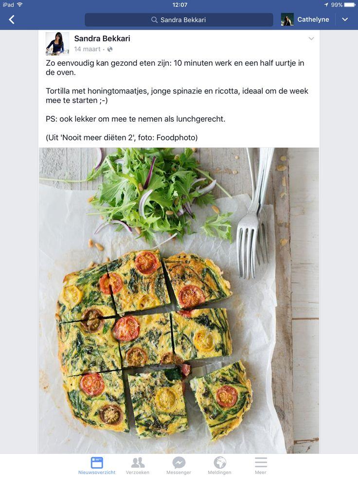 Tortilla met honingtomaatjes, jonge spinazie en ricotta (alternatief: 4eieren in een kom, pesto en olijfolie erbij doen, klutsen en 300 gram gesneden spinazie erdoor roeren , in ovenschaal doen en 20 min laten bakken 180 °)
