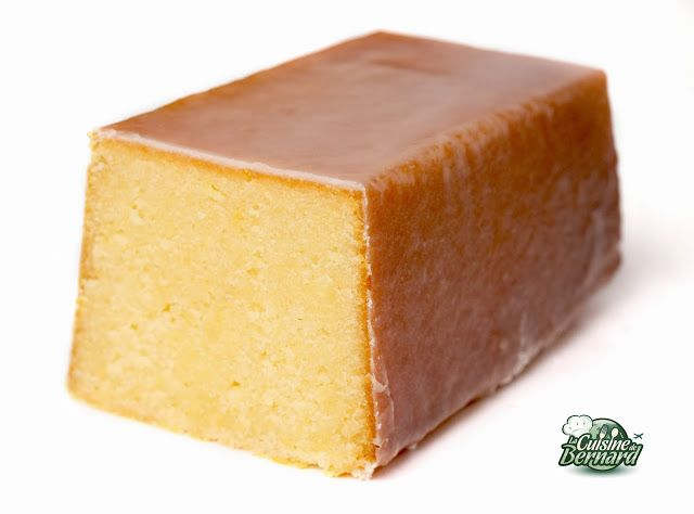 Cake Ultime Citron. 200g sucre, 120g beurre, zeste d'1 citron, 3 œufs, 150g farine, 80g jus de citron, 1 demi cc levure ch. Glaçage : 25g jus de citron, 130g sucre glace. Préchauffez le four à 170°C. Faites fondre le beurre au bain-marie. Mêlez sucre, beurre, zeste, 3 œufs, farine, levure, jus. Versez la pâte ds un moule beurré. Cuire 30-40 mn. Emballez de film étirable. Laissez refroidir. Préparez le glaçage avec sucre et jus. Versez sur le cake. Lissez. Remettez le cake à 100° pdt 8 mn.