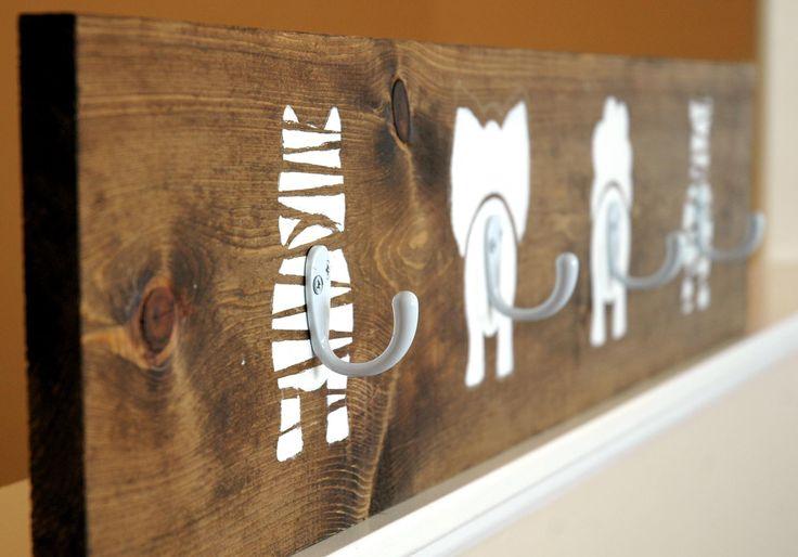 Decorá un cuarto infantil, de bebe o un playroom con estos lindos ganchos con dibujos de animales... ideal para mantener el orden de los abrigos o mochilas. Martha Stewart tiene un tutorial en su sitio sobre la creación de estos lindos ganchos con dibujos de animales para decorar la pared. Éstos se ven bien en un dormitorio o sala de juegos para niños. Mas info http://www.marthastewart.com/892295/animal-hooks
