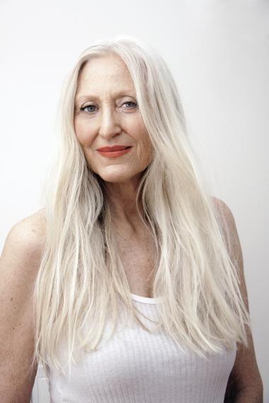 60-årige Gillean Mcleod laver badetøjsreklame for H&M og er dermed et eksempel på, at synet på ældre kvinder er ved at ændre sig, mener professor Anne Jerslev.