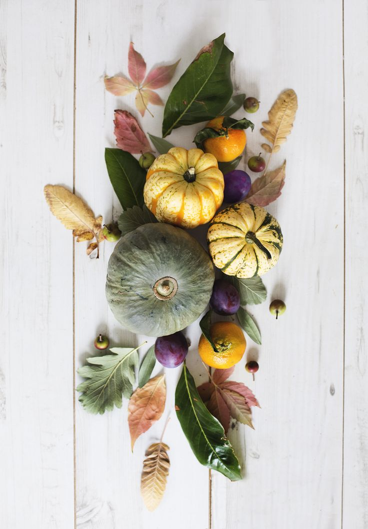 When you picture beautiful fall colors, nothing is more inspiring than pumpkins, gourds, and cozy fallen leaves—which makes this autumnal combination perfect for decorating your Thanksgiving table!