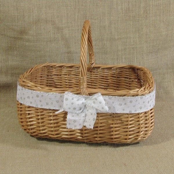 Wiklinowy koszyk na Boże Narodzenie zdobiony śliczną wstążką z kokardą. Koszyk można wykorzystać do ozdoby stołu wigilijnego układając w nim owoce, słodycze, czy też komponując w nim stroik.