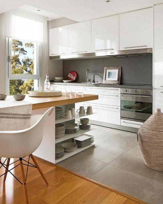 Светлый деревянный паркет и необычная серая плитка в современном интерьере кухни.