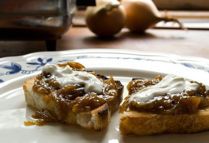 Løgconfit – smagt på ristet brød med creme fraîche