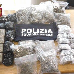 """Offerte di lavoro Palermo  I cani poliziotto hanno fiutato l'hashish nelle ruote di scorta. Lui ha ammesso: """"Sono un corriere""""  #annuncio #pagato #jobs #Italia #Sicilia Pozzallo 15 chili di droga nelle gomme dell'auto: arrestato"""