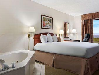 Jacuzzi Queen Suite At The Baymont Inn And Suites Texarkana In Arkansas Baymontinn Jacuzzitexarkana Hotelstexarkana