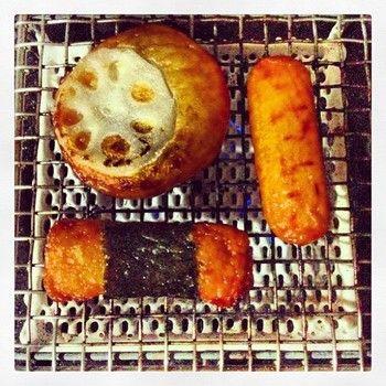 直火で調理する楽しさを。金網つじで直火調理を堪能しよう♪ | キナリノ こちらはさつま揚げを焼いています。お酒を飲みつつ、焼きながら