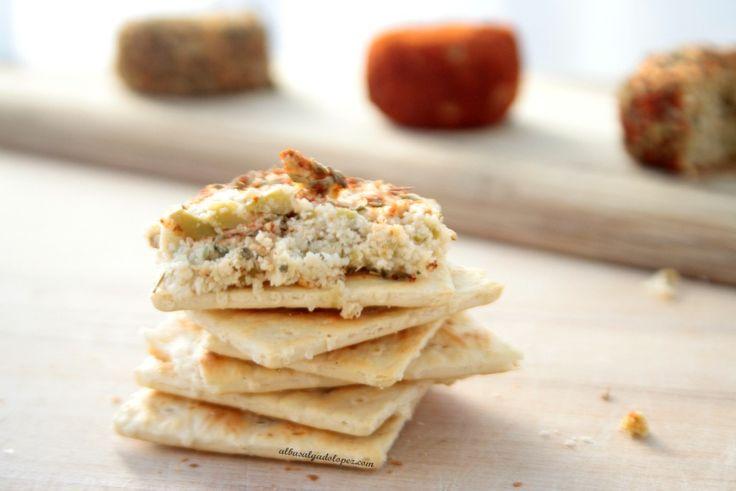 Si nunca sabes que hacer con los restos de la leche de almendras, aquí tienes la solución: quesitos de pulpa de almendras y aceitunas.