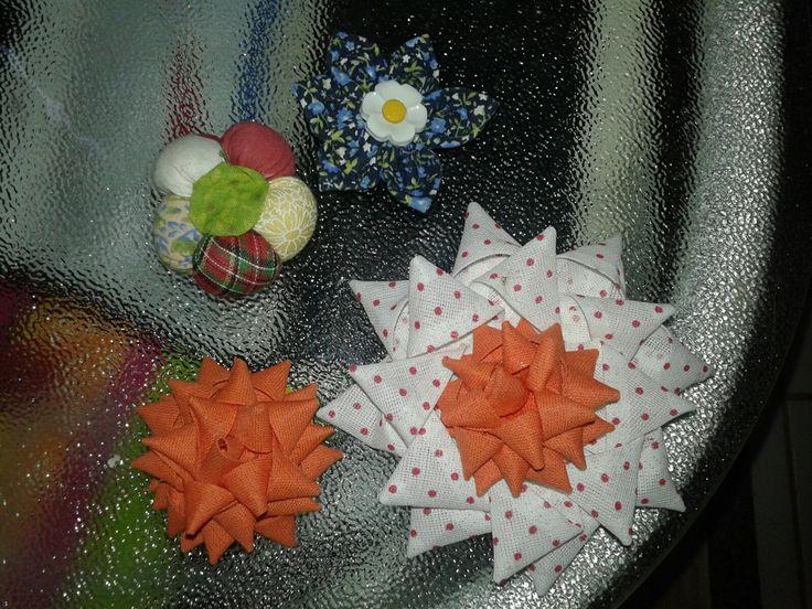 Flores feitas de retalhos e viés
