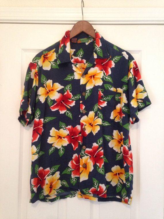 años 80 camisa hawaiana Bahía roundy, L XL Aloha camisa del mens, Marina impresión floral del hibisco roja amarillo, botón de madera de Hawaii del decenio de 1980, los hombres L Aloha, pecho 48  Etiqueta dice: Roundy Bay L / grande 100% rayón  Mis mediciones colocan acostadas: por favor, comparar a un cómodo ajuste botón encima de la camisa de su propia para comparación  Axila a axila: aprox. 24 pulgadas (así 48 cuando duplicado)  costura de cuello (sin collar) para dobladillo trasero…