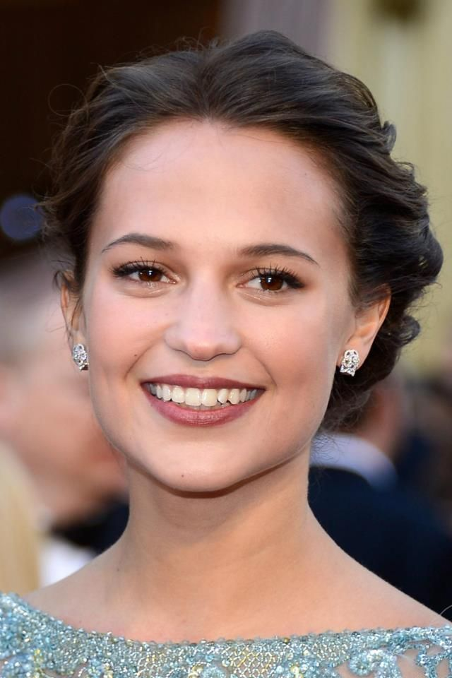 "Alicia Vikander at the 2013 Vanity Fair Oscar party in CHANEL Fine Jewelry: "" Camélia Brodé"" earrings in 18-karat white gold and diamonds.  Photo: Kevork Djansezian/Getty Images"