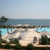Amarin - Moderne campingplads direkte til Istriens skønne sandstrande. Tag på kør-selv campingferie med familien til Kroatien med bestilling hos Dansk Bilferie.
