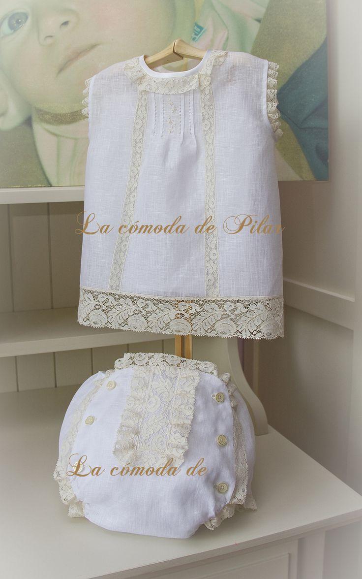 Blusita y cubre pañal en hilo italiano blanco con encajes de alençon francés en beige, pechera con lorzas a vainicas y pequeño bordado a mano, cubre pañal totalmente forrado en batista de organza