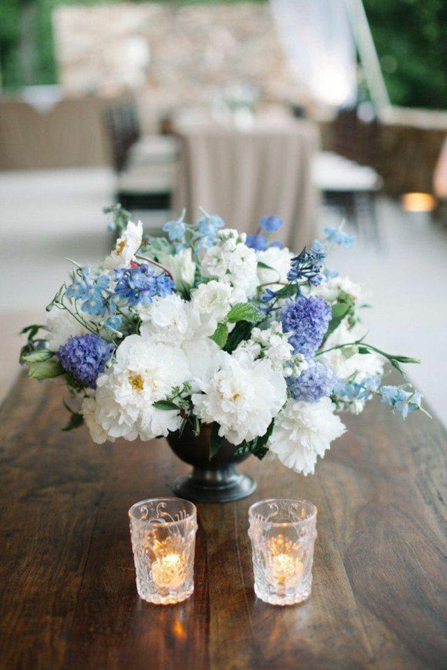Dekoration aus einem Blumenarrangement in Blau und Weiß