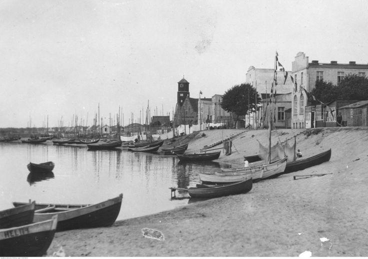 Port rybacki w Helu w latach 30. – widoczna nadbrzeżna zabudowa miasta oraz łodzie rybackie.