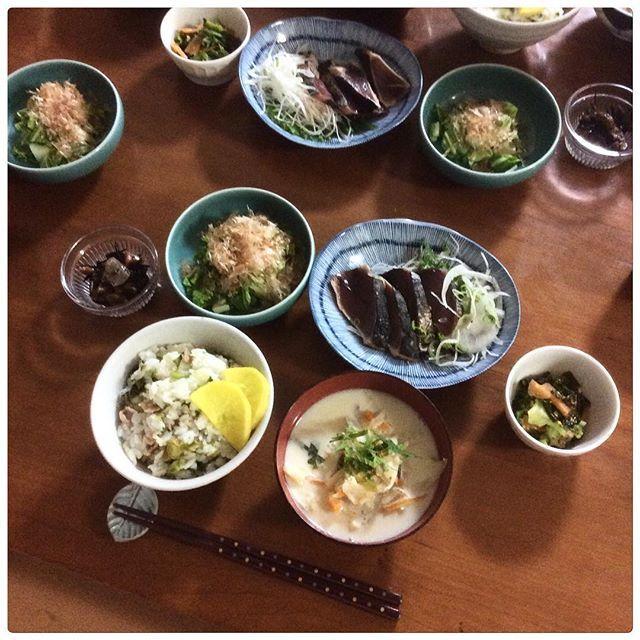 uchinokoto#かつおのたたき#searedbonito ††3/5 おうちごはん†† ⚪︎豚バラと菜の花の混ぜごはん ⚪︎干し野菜の豆乳仕立てスープ ⚪︎干し白菜のおかか和え ⚪︎干しキャベツとワカメの煮浸し ⚪︎カツオのたたき 暖かくて、体が水分をたくさん欲しているそんな一日。自転車で走ったからかな。 ・ 豚バラと菜の花の混ぜごはんが食べたくて。塩麹を飲み込んだ豚バラを炒めて、ゆがいた菜の花を入れてささっと混ぜて、ごく少量のお酒とお醤油で味つけ。炊きたてごはんに混ぜ込む。豚バラは150gぐらい使った。美味しかったーー。 ・ 白菜の外側の固めの葉を3日ほど干して、そのままザクザク切って、カツオブシをたっぷりのせて、ゆずポンをたらして食べる。ウタノが気に入って、お代わりをした。 ・ スライスして干していた、椎茸・大根・人参・ごぼう、に白ネギとカボチャを加えて、白味噌をのせて重ね煮。豆乳を加えてスープにした。旨味がギュッとつまった、食べごたえあるスープ。お日様に感謝だね。 ・…