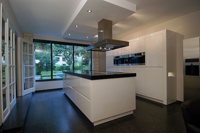 Moderne strakke keuken met kookeiland